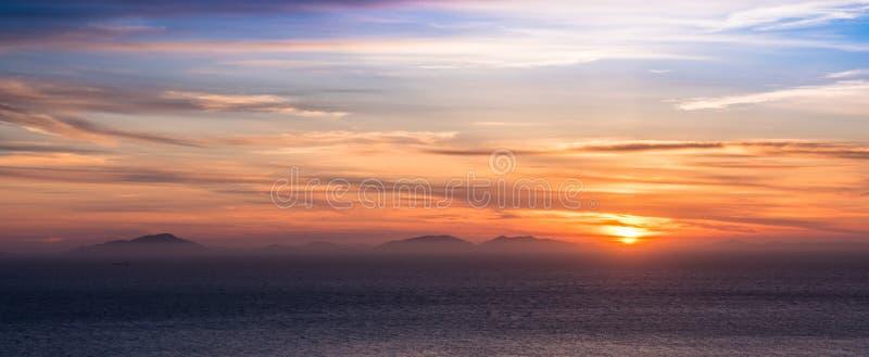 Puesta del sol sobre las islas occidentales, Escocia imagen de archivo
