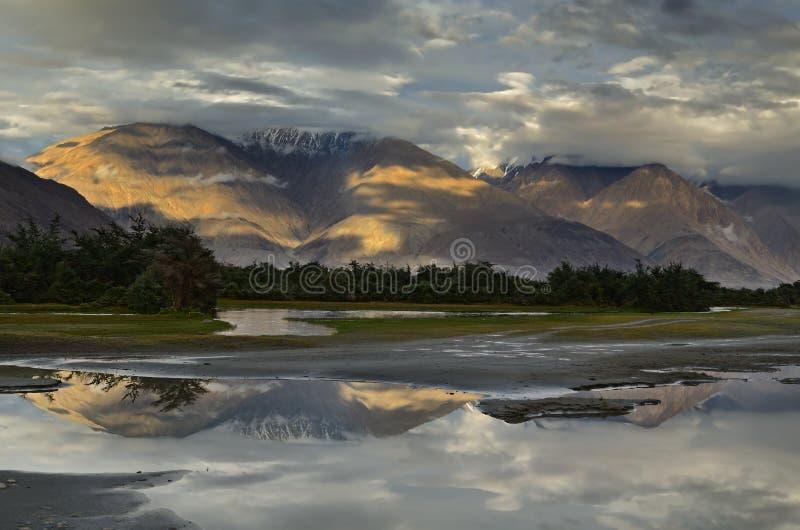 Puesta del sol sobre las montañas fotografía de archivo libre de regalías