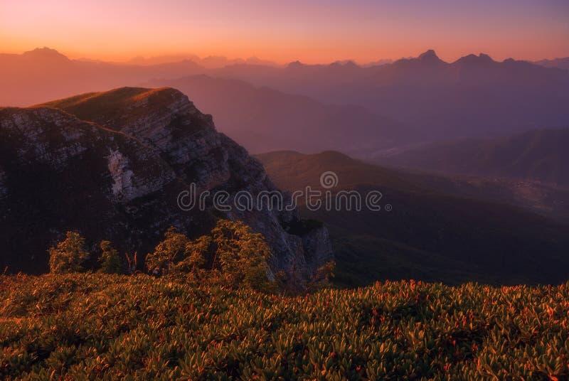 Puesta del sol sobre las montañas del Cáucaso foto de archivo