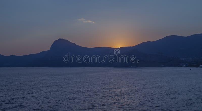 Puesta del sol sobre las montañas crimeas imagen de archivo