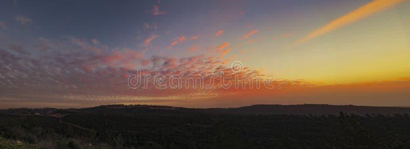 Puesta del sol sobre las montañas de Jerusalén imagenes de archivo