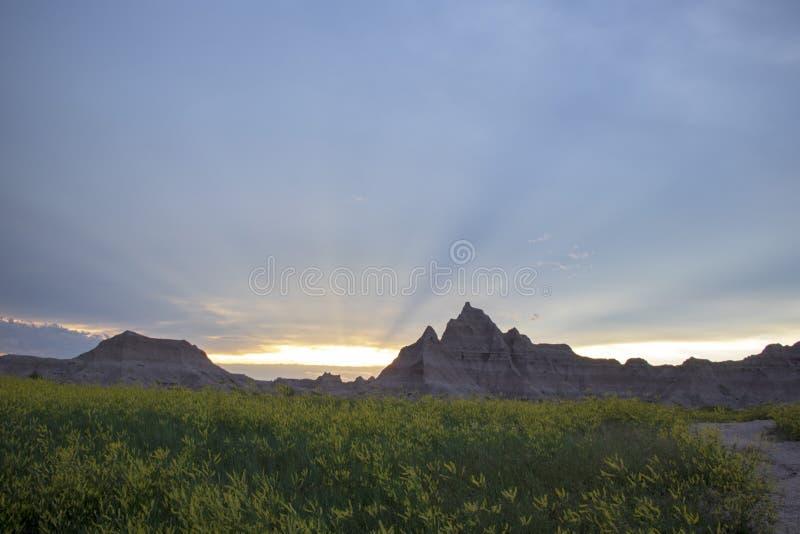 Puesta del sol sobre las montañas del desierto en un parque fotografía de archivo