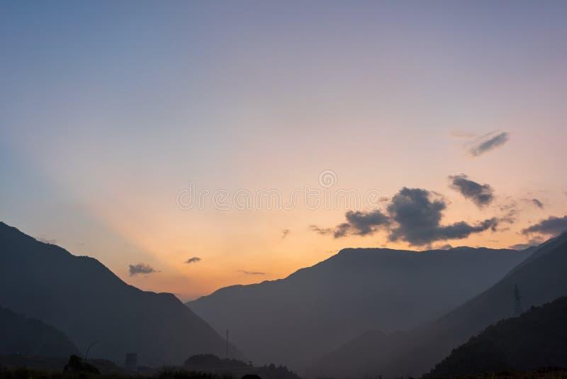 Puesta del sol sobre las monta?as imágenes de archivo libres de regalías