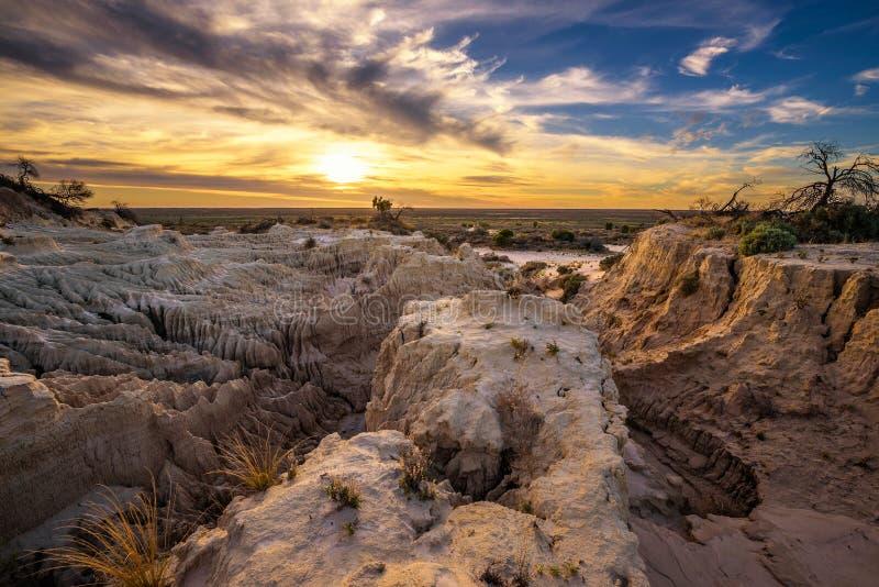 Puesta del sol sobre las paredes de China en Mungo National Park, Australia fotografía de archivo
