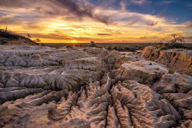 Puesta del sol sobre las paredes de China en Mungo National Park, Australia foto de archivo libre de regalías