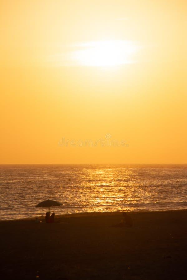 Puesta del sol sobre las playas de la nómina imagen de archivo
