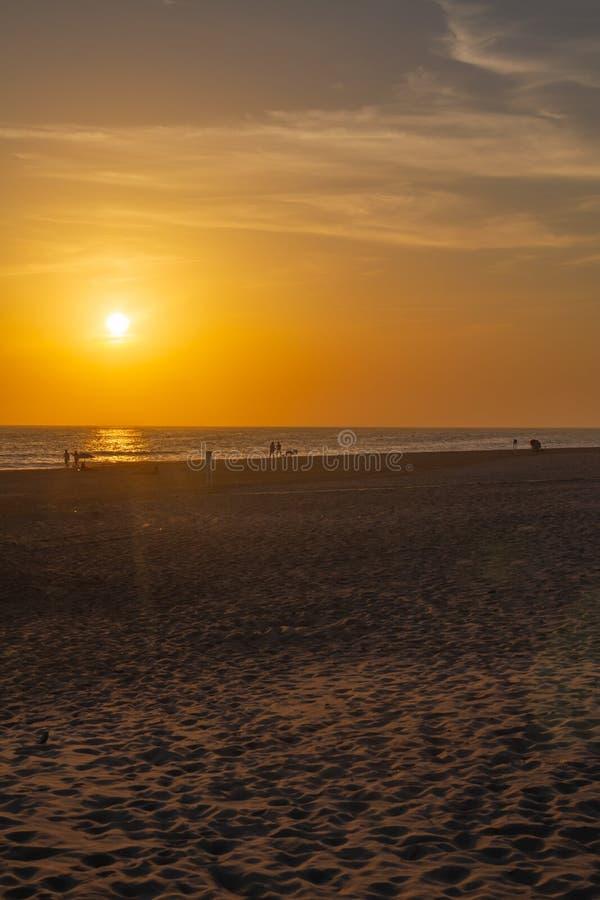 Puesta del sol sobre las playas de la nómina fotos de archivo libres de regalías