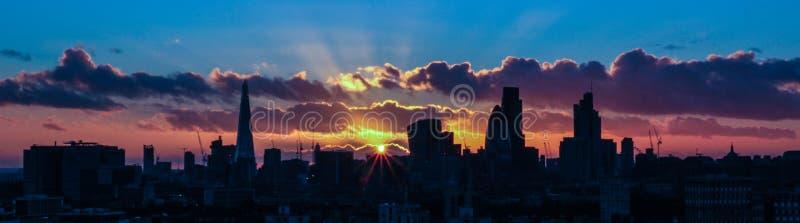 Puesta del sol sobre Londres, con el starburst de la abertura foto de archivo libre de regalías