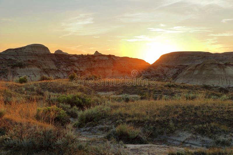 Puesta del sol sobre los Badlands en el parque provincial del dinosaurio, Alberta fotografía de archivo libre de regalías