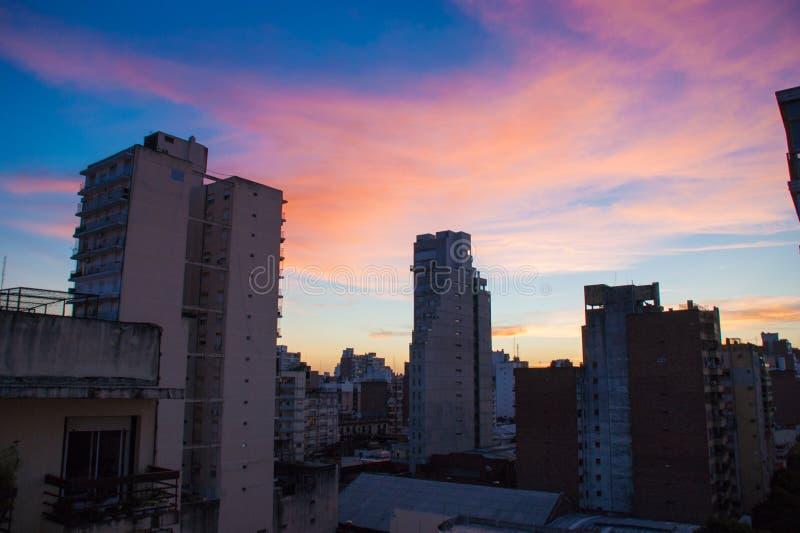 Puesta del sol sobre los edificios de la ciudad de Rosario foto de archivo libre de regalías