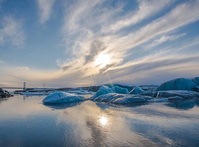 Puesta del sol sobre los icebergs en laguna del glaciar de Jokulsarlon en Islandia fotografía de archivo libre de regalías