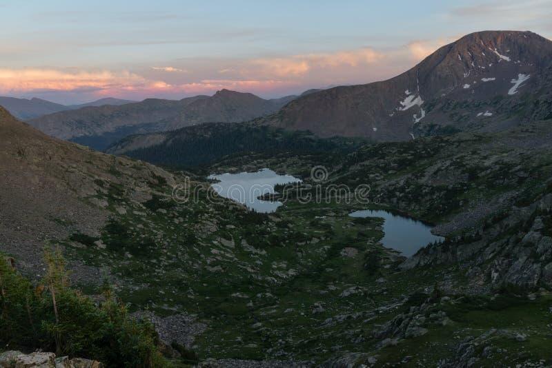 Puesta del sol sobre los lagos missouri - Colorado imagenes de archivo