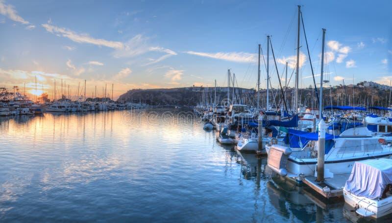Puesta del sol sobre los veleros en el puerto de Dana Point imagenes de archivo