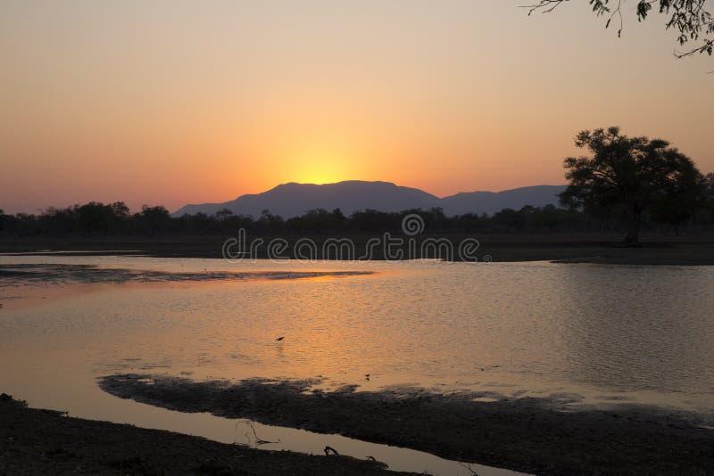 Puesta del sol sobre Mana Pools fotografía de archivo libre de regalías