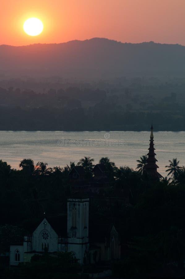 Puesta del sol sobre Mawlamyine, Myanmar foto de archivo