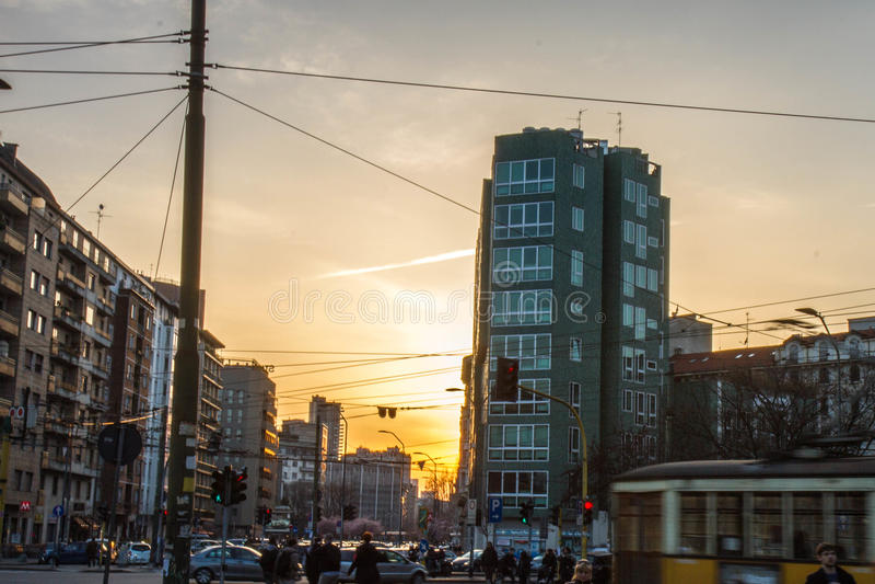 Puesta del sol sobre Milán fotos de archivo