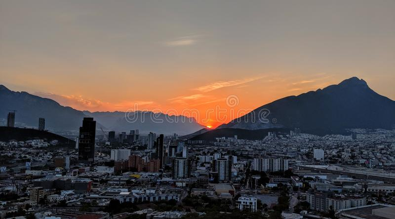Puesta del sol sobre Monterrey, México fotos de archivo