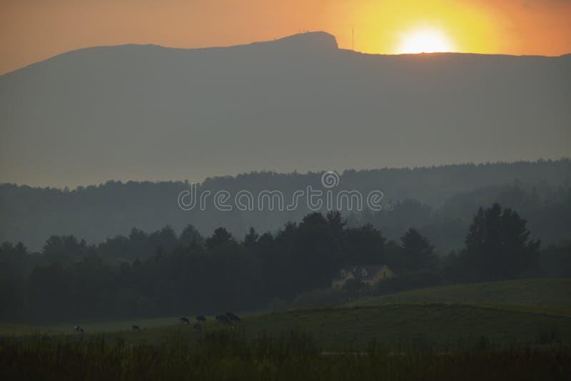 Puesta del sol sobre Mt. Mansfield en Stowe Vermont imagen de archivo libre de regalías
