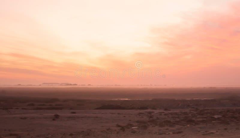 Puesta del sol sobre Oranjemund de Alexander Bay, Namibia foto de archivo libre de regalías