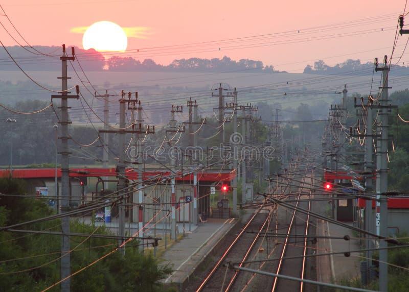 Puesta del sol sobre paisaje de la estación de ferrocarril fotografía de archivo libre de regalías