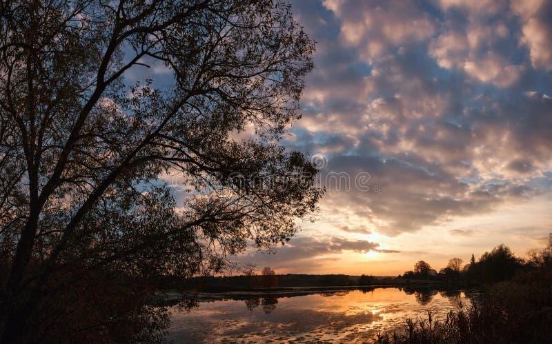 Puesta del sol sobre paisaje del lago fotografía de archivo