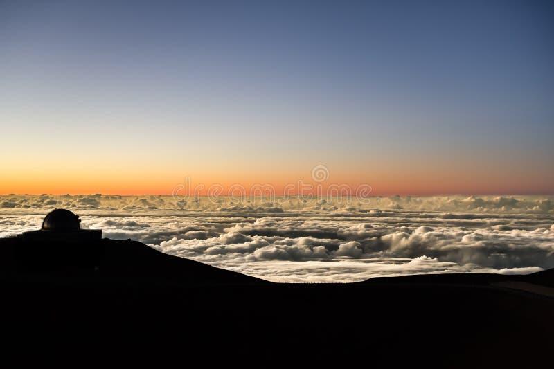 Puesta del sol sobre paisaje nevoso imagen de archivo