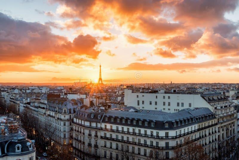 Puesta del sol sobre París imagenes de archivo