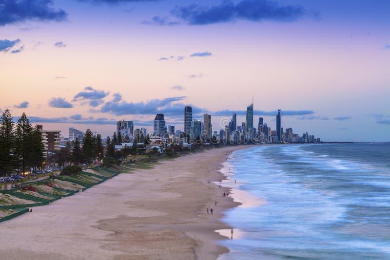 Puesta del sol sobre paraíso de las personas que practica surf en el Gold Coast fotos de archivo