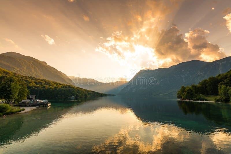 Puesta del sol sobre parque nacional del lago Bohinj, Eslovenia Colores dramáticos y mágicos, agua mística, montañas y montañas e imagen de archivo libre de regalías