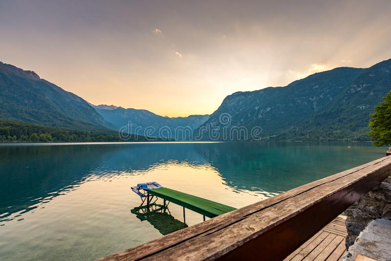 Puesta del sol sobre parque nacional del lago Bohinj, Eslovenia Colores dramáticos y mágicos, agua mística, montañas y montañas e fotografía de archivo libre de regalías