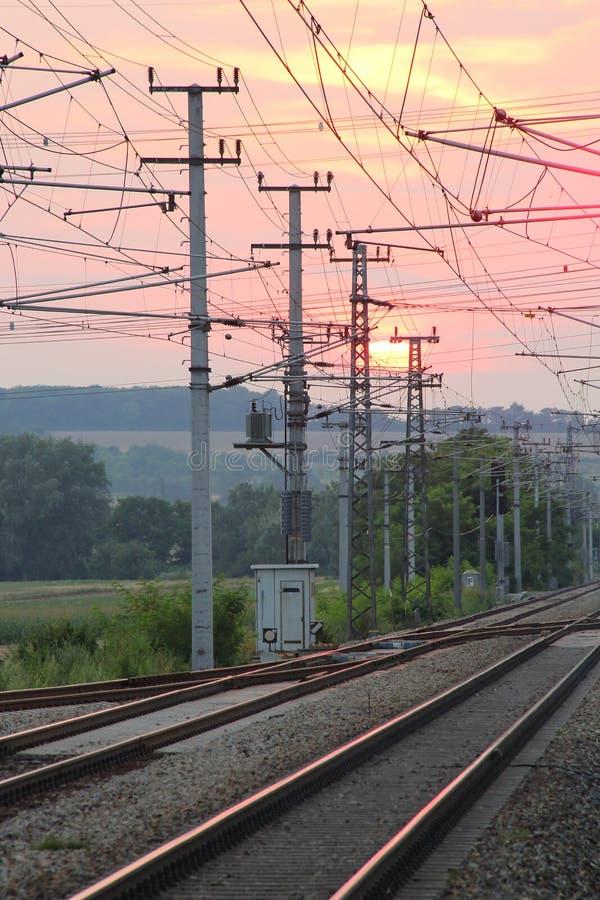 Puesta del sol sobre pistas ferroviarias imágenes de archivo libres de regalías
