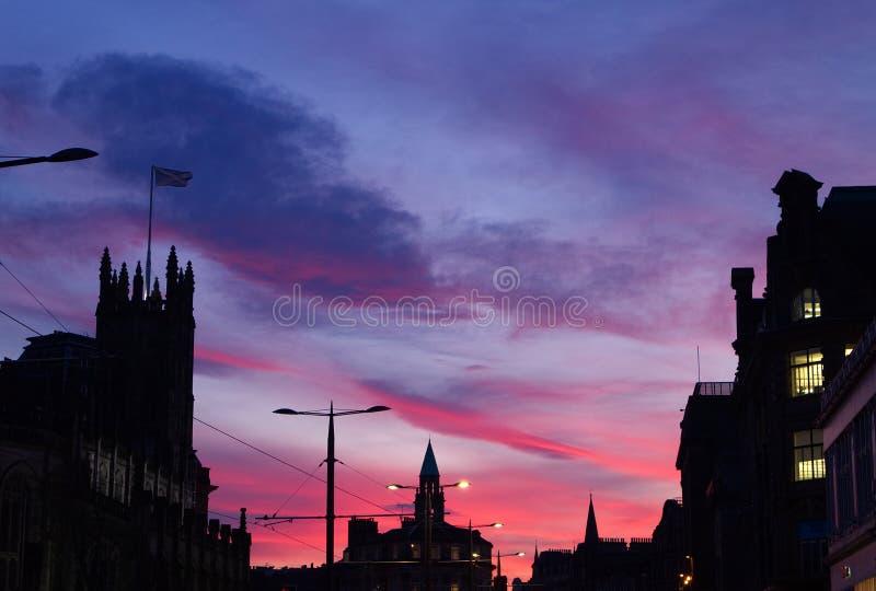 Puesta del sol sobre príncipes Street en Edimburgo, Escocia, Reino Unido imágenes de archivo libres de regalías