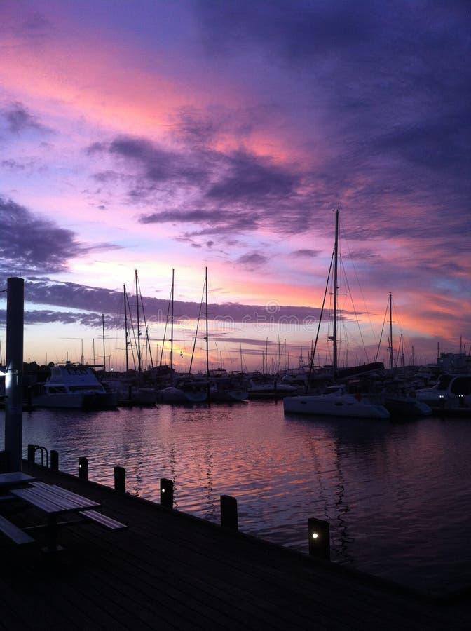 Puesta del sol sobre puerto deportivo fotografía de archivo libre de regalías