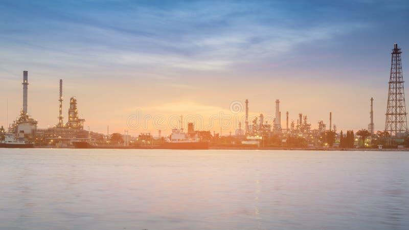 Puesta del sol sobre refinería de petróleo del panorama imagen de archivo libre de regalías