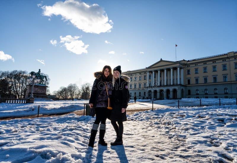 Puesta del sol sobre Royal Palace de Noruega fotografía de archivo