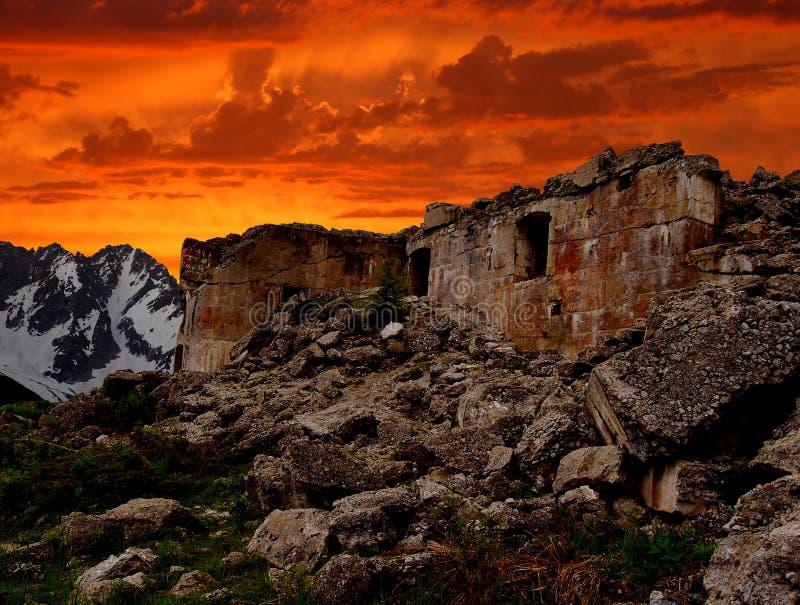 Puesta del sol sobre ruinas de la fortaleza militar fotos de archivo