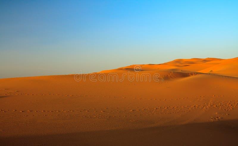 Puesta del sol sobre Sáhara foto de archivo