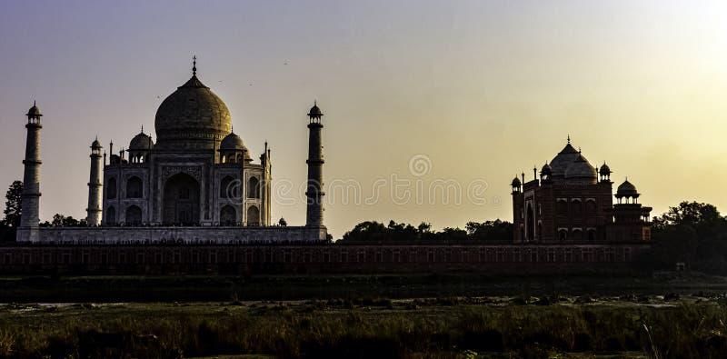 Puesta del sol sobre Taj Mahal - Agra, Uttar Pradesh, la India imagenes de archivo