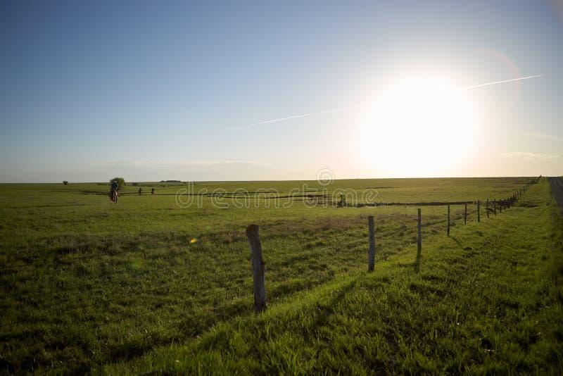 Puesta del sol sobre tierras de labrantío rurales escénicas fotos de archivo