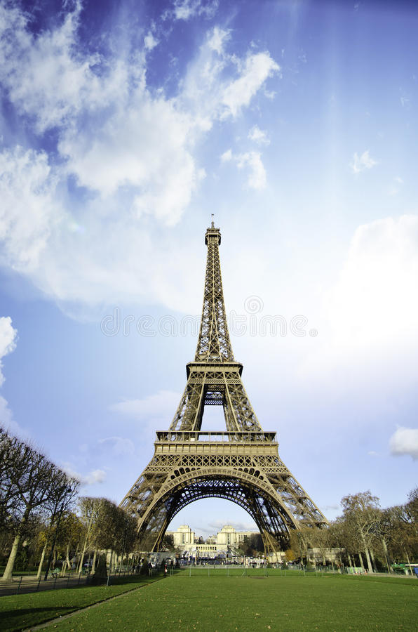 Puesta del sol sobre torre Eiffel de Champs de Marte imagen de archivo