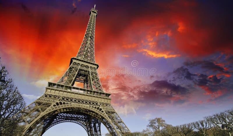 Puesta del sol sobre torre Eiffel de Champs de Marte foto de archivo libre de regalías
