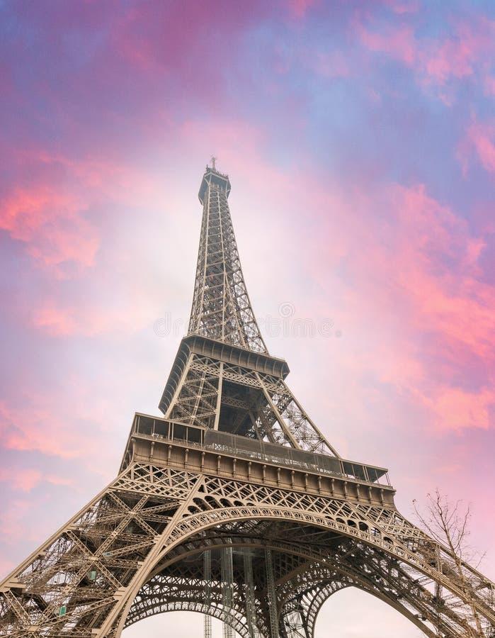 Puesta del sol sobre torre Eiffel en París fotos de archivo