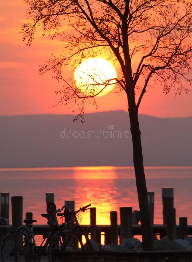 Puesta del sol sobre un lago fotografía de archivo libre de regalías