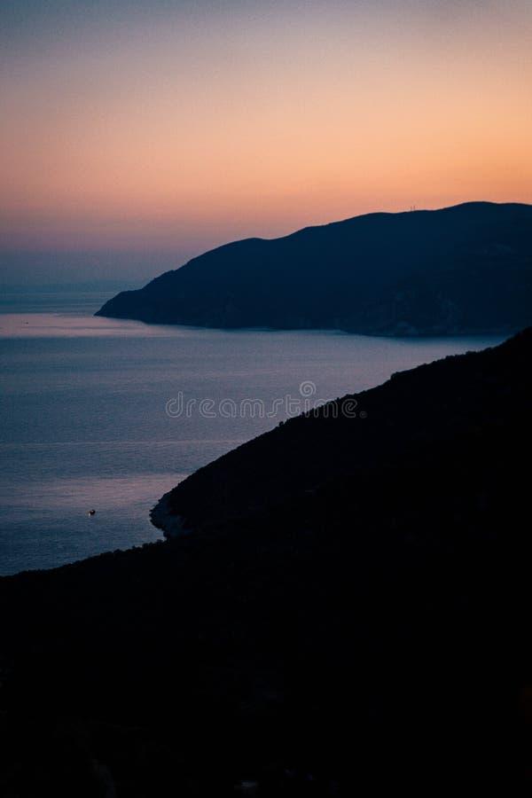Puesta del sol sobre una isla griega foto de archivo libre de regalías