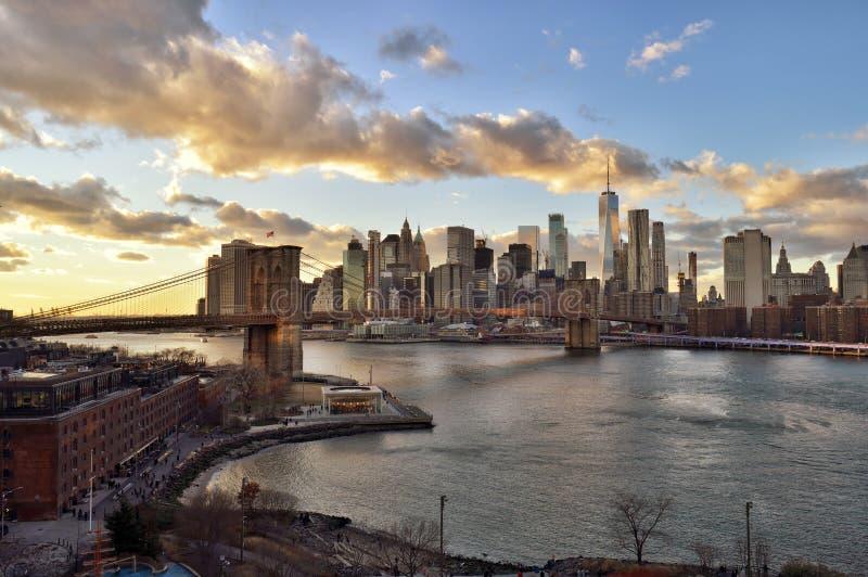 Puesta del sol sobre una Manhattan imagen de archivo