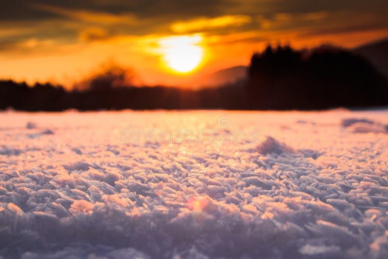 puesta del sol sobre una parte inferior nevosa imagen de archivo libre de regalías