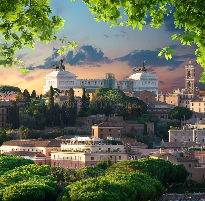 Puesta del sol sobre Vittoriano foto de archivo libre de regalías