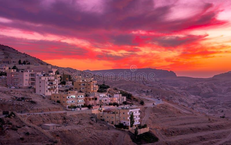 Puesta del sol sobre Wadi Musa, ciudad del Petra en Jordania foto de archivo
