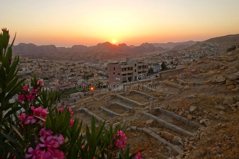 Puesta del sol sobre Wadi Musa imagenes de archivo