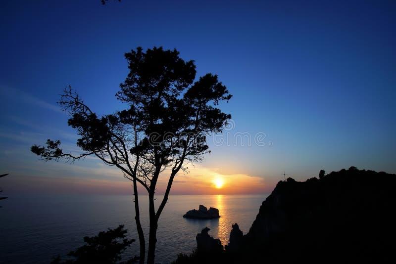 Puesta del sol sugestiva misma en la isla de Corfú foto de archivo libre de regalías